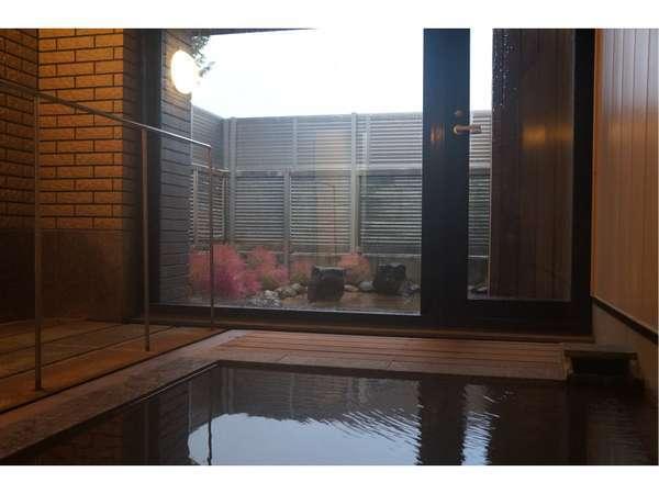 秋の大浴場 解放感溢れる大浴場で外の景色もお楽しみいただけます