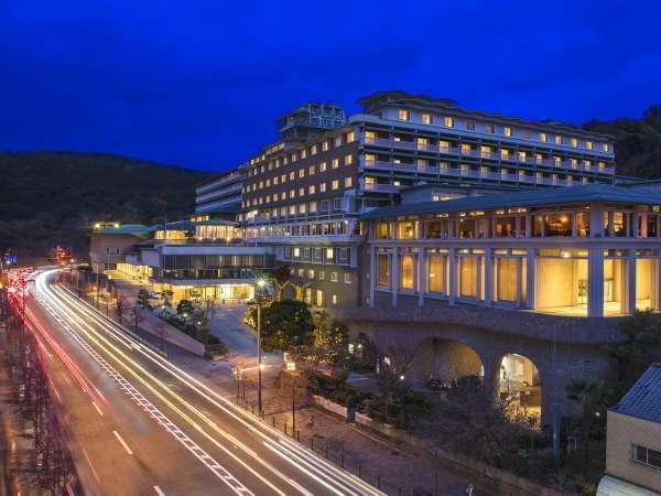 【ホテル外観】夕暮れのホテル。 暮れ行く東山の空を眺めながらごゆっくりお過ごし下さい。