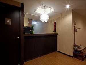 【フロント】落ち着いた雰囲気ながらアットホームなお出迎え!お客様のご要望何なりとお申し付け下さい。