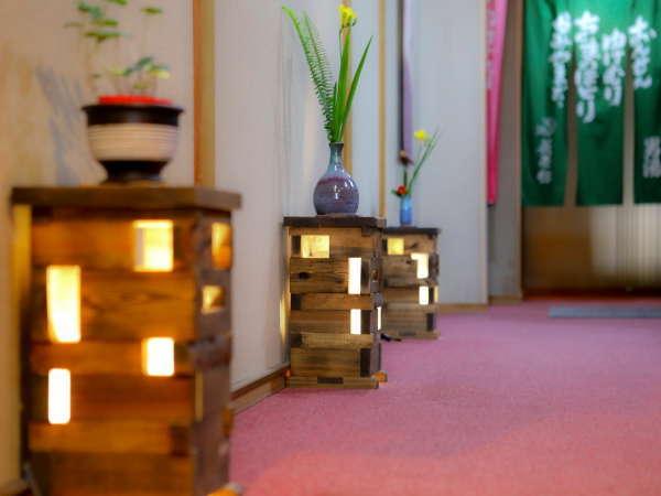 ◎温かみのある木製の間接照明も館内にございます。