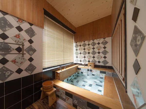 【花庵】 花をモチーフにした浴槽は、松山市の花「椿」が描かれています