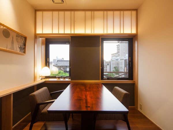 道後温泉を眺めながら…半個室食事処「キャトル サンク」テーブル席