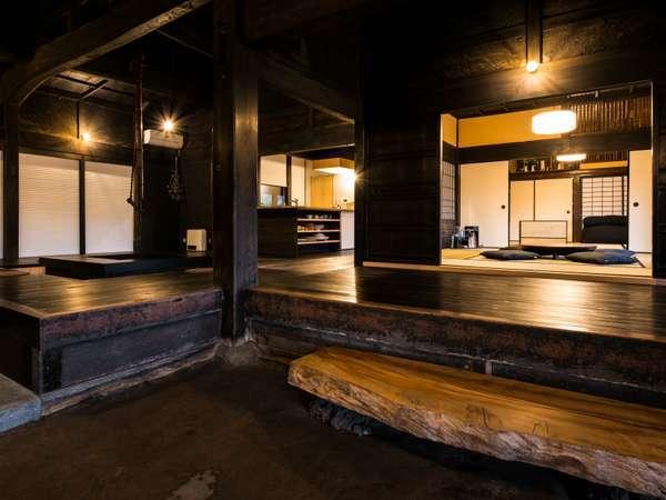 洋室ベッドルーム×1、和室×2、囲炉裏リビング、キッチン