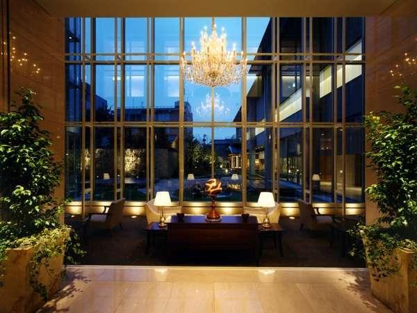 ホテルロビーからは日本庭園が、時間と共に移り変る景色をお楽しみ下さい。