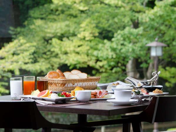 金沢城公園大手堀を望むレストラン「アイビス」朝食会場でもあります。
