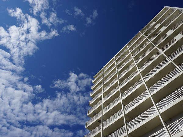 【かりゆしコンドミニアムリゾート那覇 龍神ホテル浮島】青空と雲のコントラストが美しい流れに(全53室)