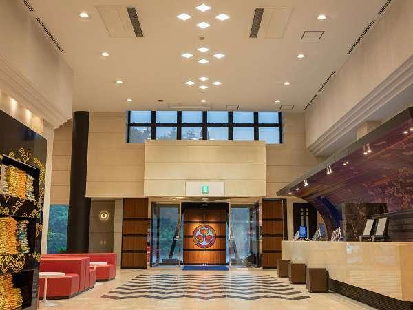 2階分の高さを要するフロントの天井が開放感を演出します