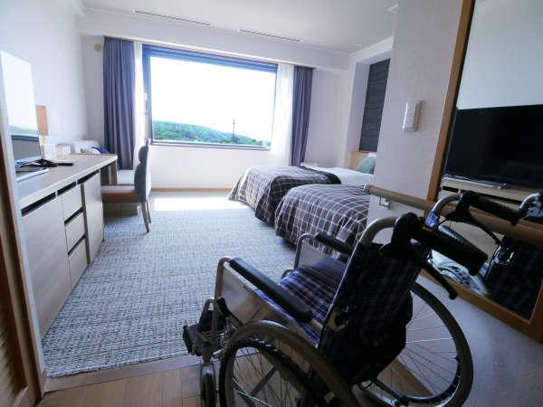 【ユニバーサルツイン】お部屋の通路もゆったりとしており、車いすの通行も問題ありません。