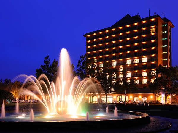 ホテル目の前の公園からみた外観5月~10月までは噴水が綺麗に見えます。