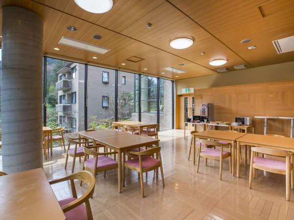 朝食の会場は窓から美しい新緑の景色をご覧いただけます。