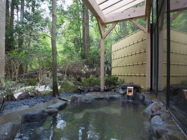 【露天風呂 昼】かけ流しの温泉でゆっくりとお過ごしください。
