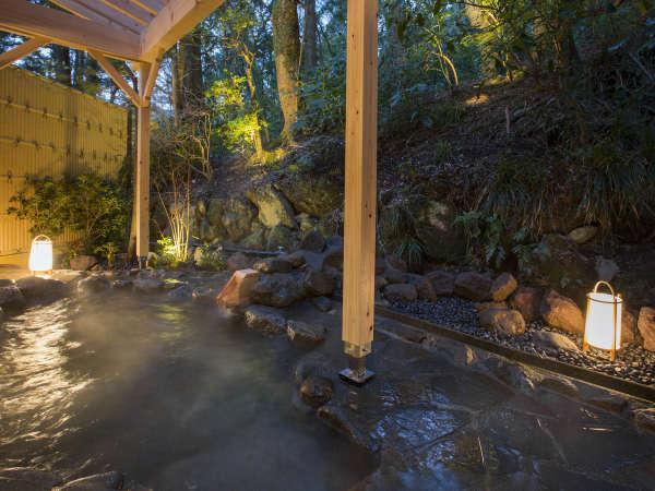 【露天風呂 夜】かけ流しの温泉でゆっくりとお過ごしください。