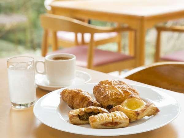 焼きたてのパンとコーヒー、ジュースをセルフサービスでご用意しております。 営業時間・7:00~9:00