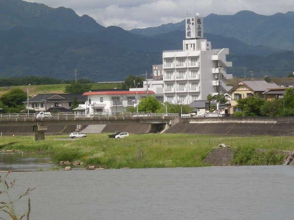 合志川沿いに白い5階建てが目立ちます。
