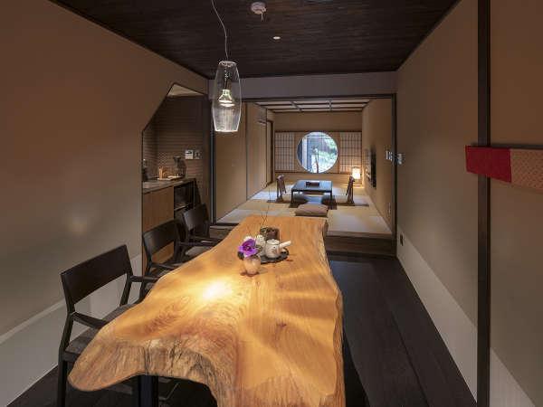 ダイニングから奥へと広がる居間。一枚板のテーブルを囲んで団欒し、琉球畳で足を伸ばしてお寛ぎ頂けます。