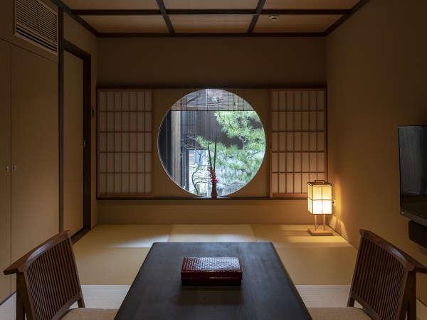 落ち着きのある居間に手毬を思わせる丸いの窓。お部屋の随所に「丸」があります。