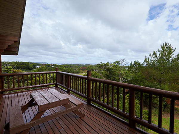 *【バルコニー(コテージ)一例】視界を遮らず、沖縄の海を望める眺望が人気