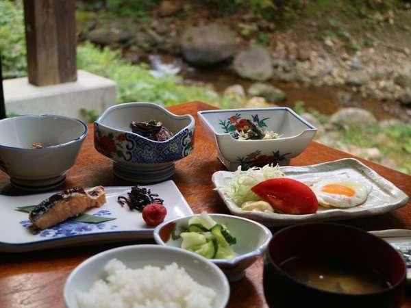 【朝食】会食場の横を流れる渓流と間際に迫る山の景色を眺めながら、美味しい朝食をめしあがれ