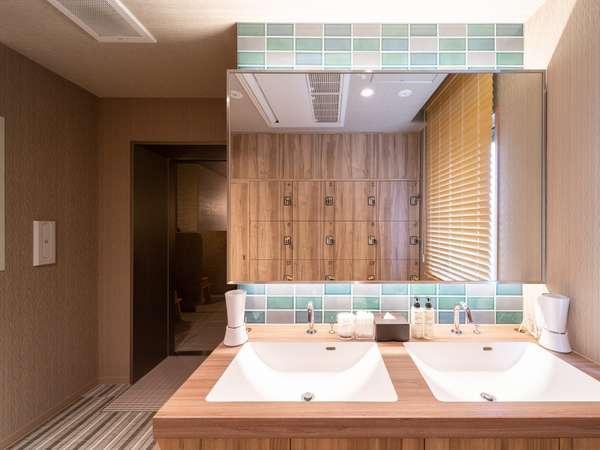 【Natural】女性大浴場の洗面台にはドライヤー・綿棒・クレンジングオイル等を完備