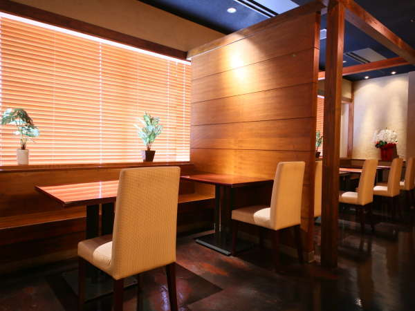 おだやかな朝日が差し込む朝食会場(あけびの実・ホテル2階)