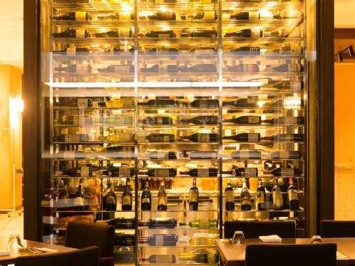 様々なワインが並ぶワインセラー