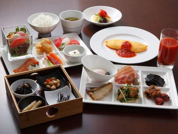 和洋朝食ブッフェ。オーダーをいただいてからつくるオムレツはソースが選べます♪