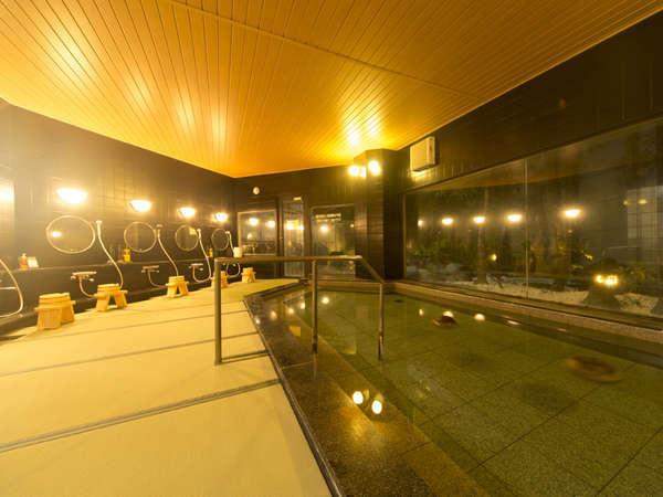 浴室は畳を敷いた特別なしつらえです。外には広々とした露天風呂があります。