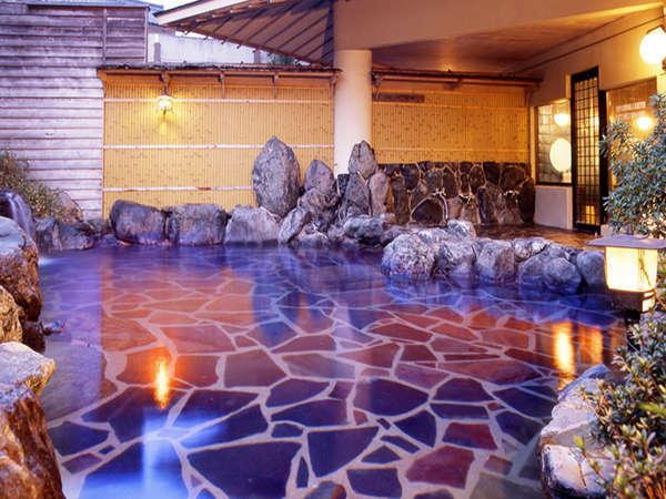 広々とした開放的な湯船が特徴の露天風呂。