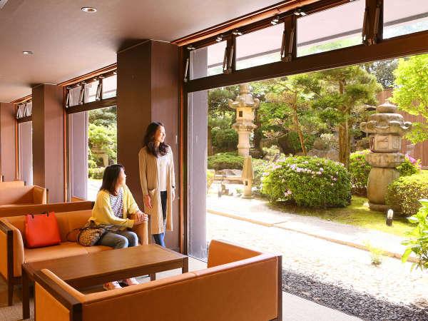 日本庭園が美しいロビー