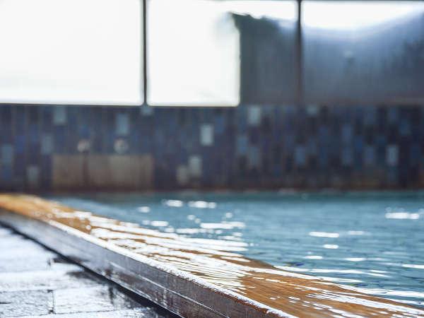 *【大浴場】無色透明のお湯は湯質にも優れており、美肌効果が高いことで有名です。