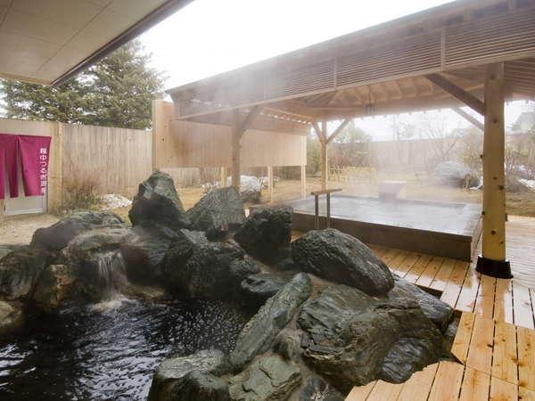 2種の露天風呂。岩風呂にはぬめりのある茶褐色の湯。美肌効果がうれしい。