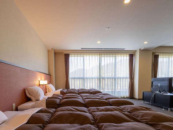 スペシャル4ベッド(禁煙・喫煙)ベッドが4つ並び、リビングスペースもゆったり。