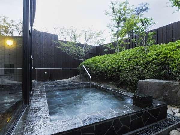 男性露天風呂 自然に囲まれた自慢の露天風呂
