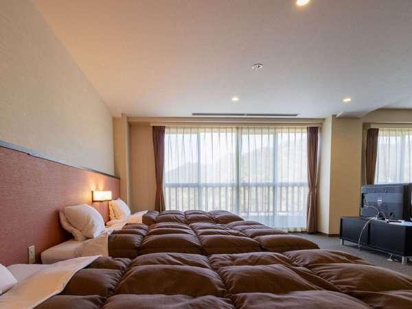 【スペシャル4ベッド】(禁煙・喫煙)ベッドが4つ並び、リビングスペースもゆったり。