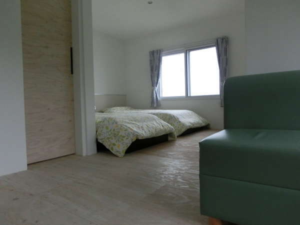 201号室ツインルームです。畳換算で14畳間の広さがあります。眺望良です。