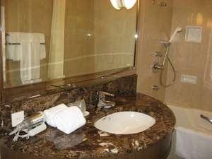 上質な空間で整えられたデラックスルームのバス・シャワールームは大人気!