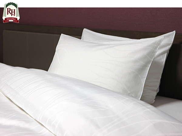 羽枕と固めの枕をご用意しています。