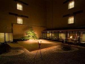 【能舞台】日本の伝統芸能を披露する能舞台。ロビーより舞台へ上がることができます♪