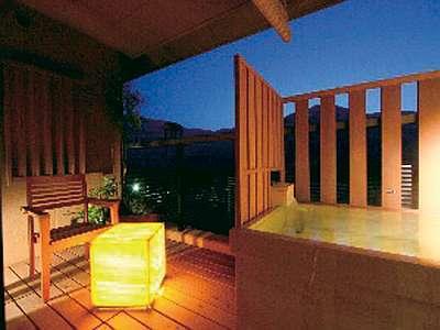 【露天風呂付き和洋室】光るテーブルが夜を優しく照らす。