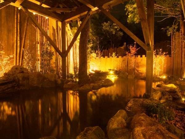 【大浴場:大露天風呂】箱根の木々を照らす夜のライトアップ