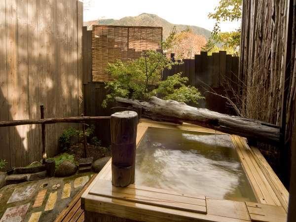 【貸切露天風呂:観月】桧の露天風呂。明星が岳を望む景色がオススメ♪