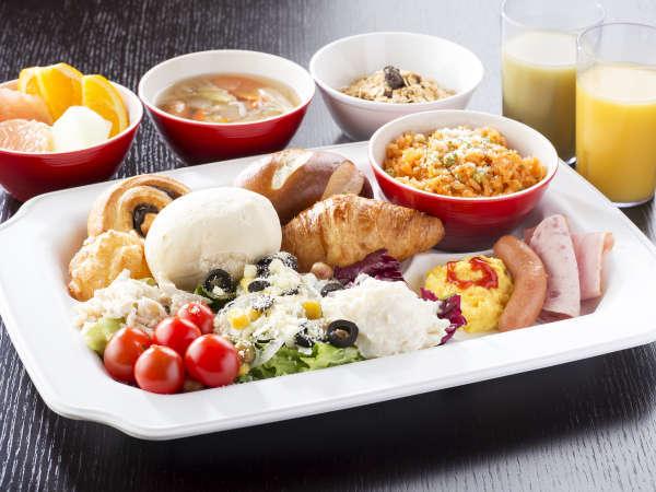 【朝食ビュッフェ】焼立てパンや種類豊富なサラダバー。特別な空間で素敵な朝を。(イメージ)