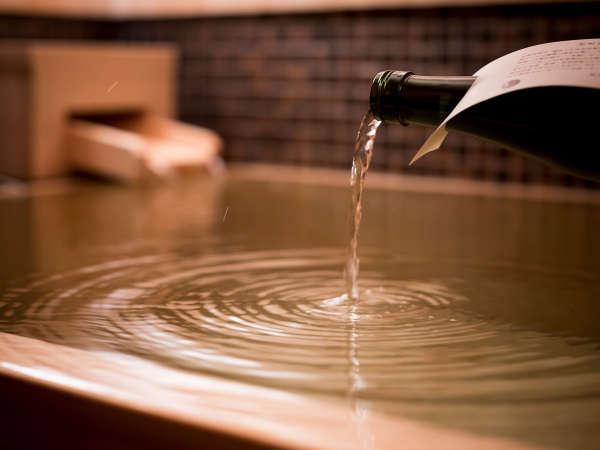 肩までゆったり浸かれる深さと広さの桧風呂。伏見のお酒を注ぎ美肌効果があると言われる日本酒風呂に。