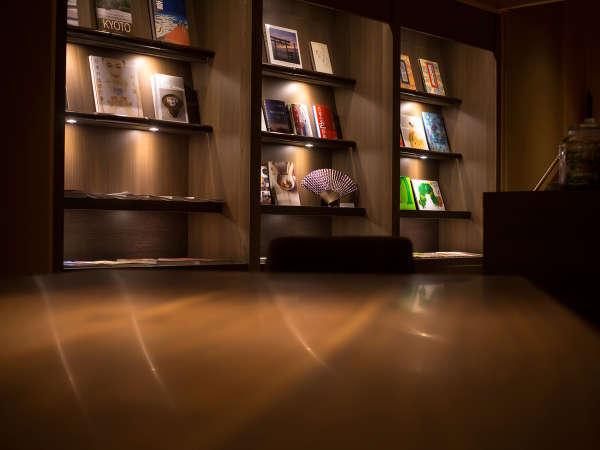ゲストラウンジ「音羽リビング」ライブラリーには京都に纏わる書籍をはじめ各種雑誌や新聞をご用意