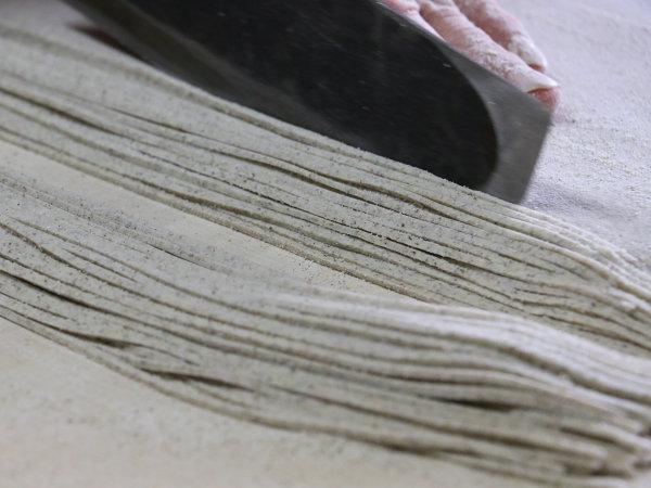 自家製そば粉を使った十割蕎麦は女将さんの手打ち
