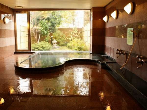 1面ガラス張りで明るく開放的なお風呂。庭を眺めながら、ゆっくりお寛ぎください