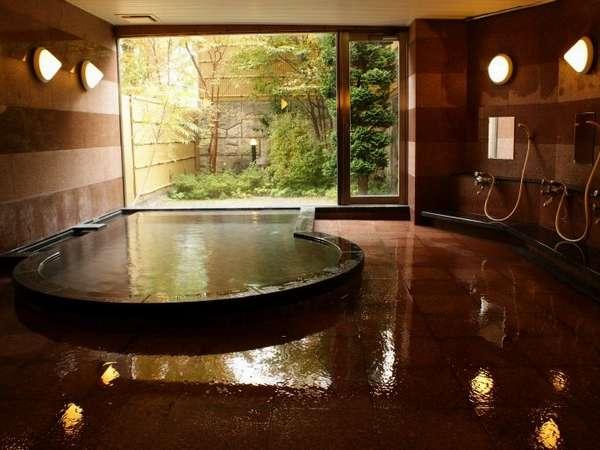 1面ガラス張りで明るく開放的なお風呂。庭を眺めながら、ゆっくりお寛ぎください。