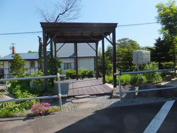 ログハウスの横には、バーベキュースペースで楽しめます。
