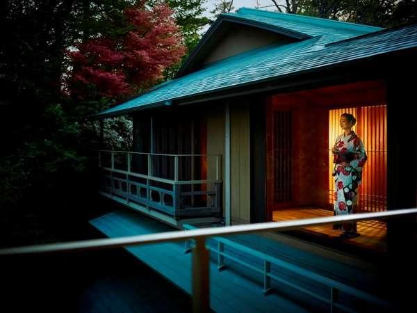 松庵の中庭を望むテラスで夕暮れ時の松庵をお楽しみください。