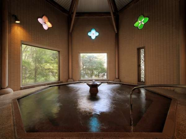 ステンドグラスも華やかな女性大浴場